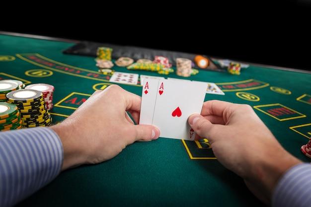 Joueur de poker masculin tenant les as de deux cartes