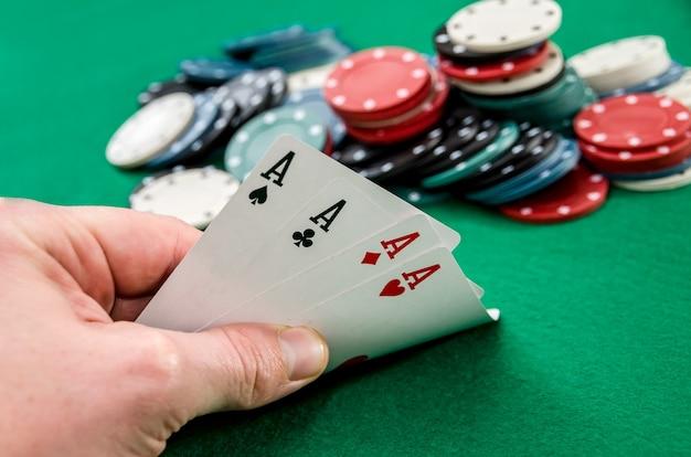 Un joueur de poker qui détient des cartes à jouer