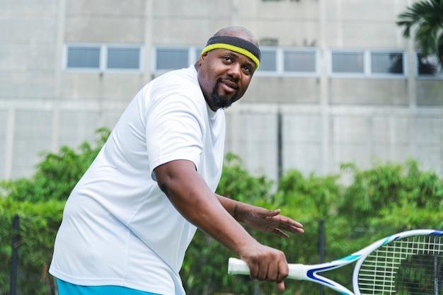 Joueur prêt à frapper une balle de tennis