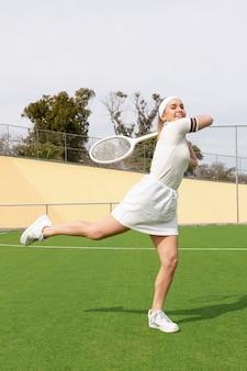 Joueur professionnel sur un terrain de tennis