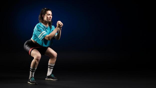 Joueur de rugby féminin en tenue de sport posant