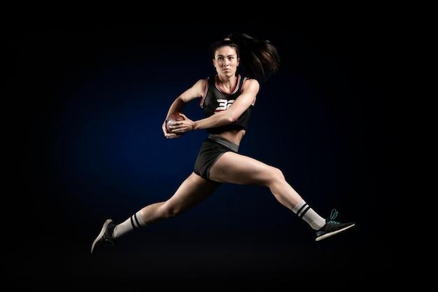 Joueur de rugby féminin en tenue de sport