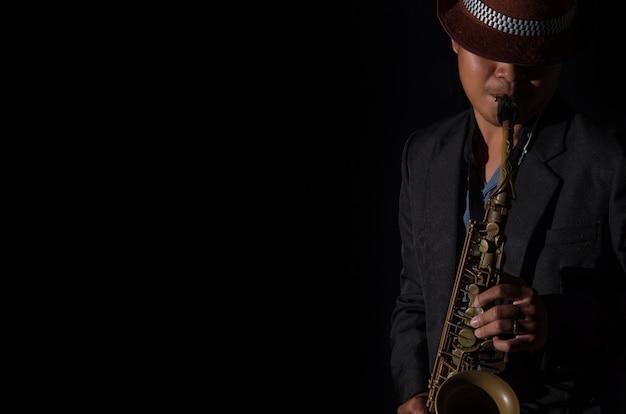 Un joueur de saxophone dans un fond sombre