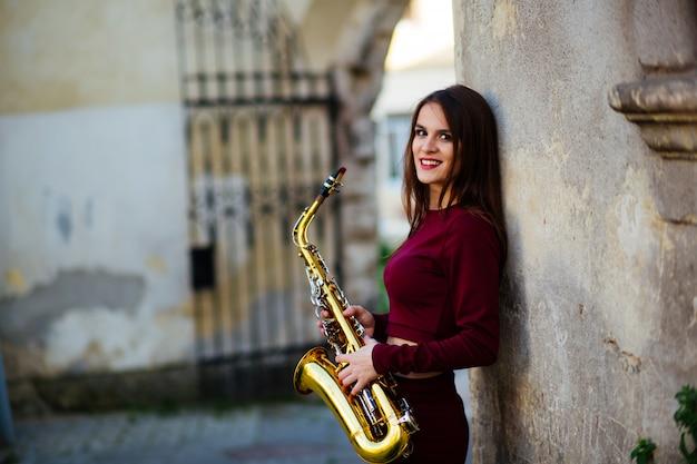 Joueur de saxophone saxophoniste femme jouant du musicien alto sax avec instrument