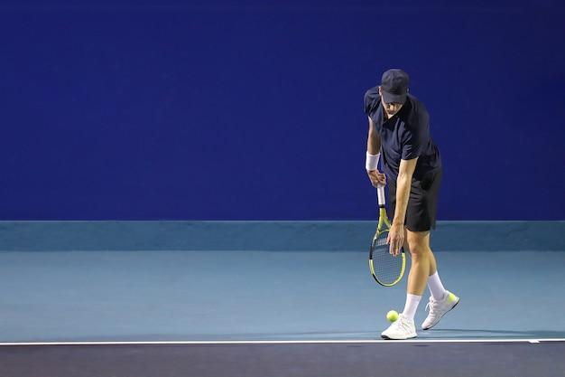 Joueur tenis au service