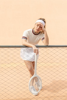 Joueur de tennis femme ayant une pause