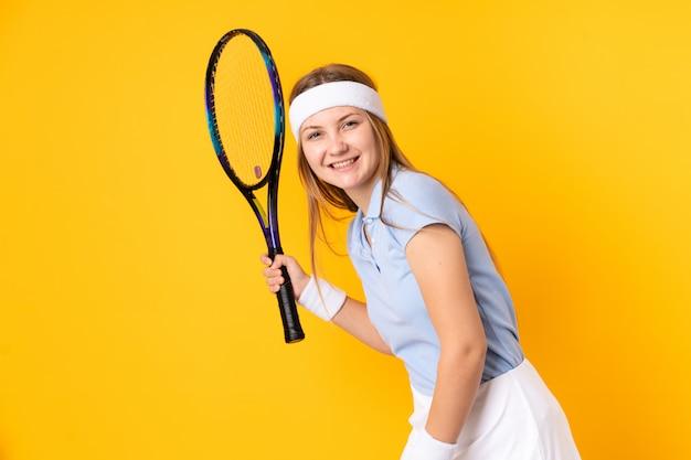 Joueur de tennis femme ukrainienne adolescent isolé sur espace jaune
