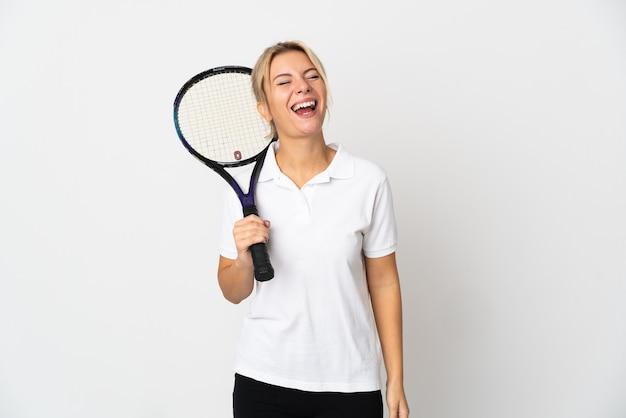 Joueur de tennis jeune femme russe isolé sur blanc en riant
