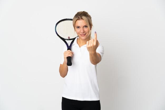 Joueur de tennis jeune femme russe isolé sur fond blanc faisant le geste à venir