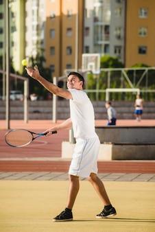 Joueur de tennis jouant au tribunal de la ville