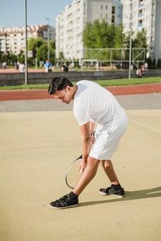 Joueur de tennis sur le point de servir