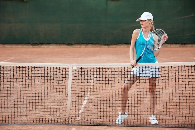 Joueur de tennis près du filet