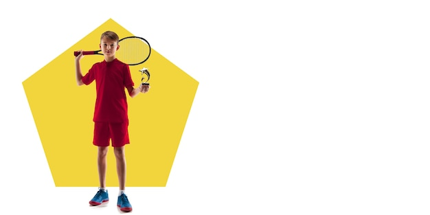 Joueur de tennis professionnel pratiquant. entraînement sportif sur fond blanc, flyer pour votre annonce. concept de compétition, sport, mode de vie sain, action, mouvement et mouvement. conception géométrique.
