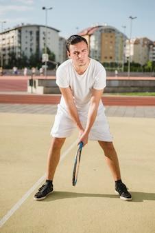 Joueur de tennis se prépare à frapper