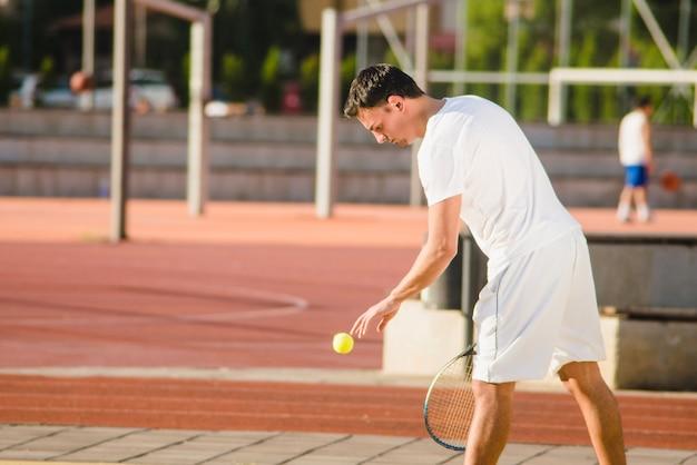 Joueur de tennis se prépare à servir