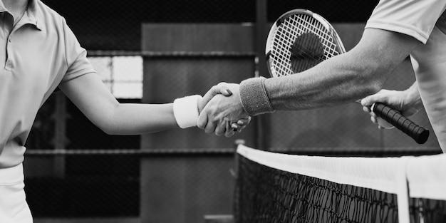 Joueur de tennis secouer les mains match fait concept