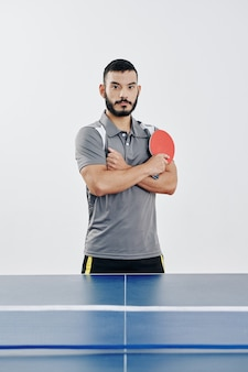 Joueur de tennis de table hispanique