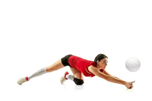 Joueur de volley-ball professionnel féminin isolé sur blanc avec ballon l'athlète