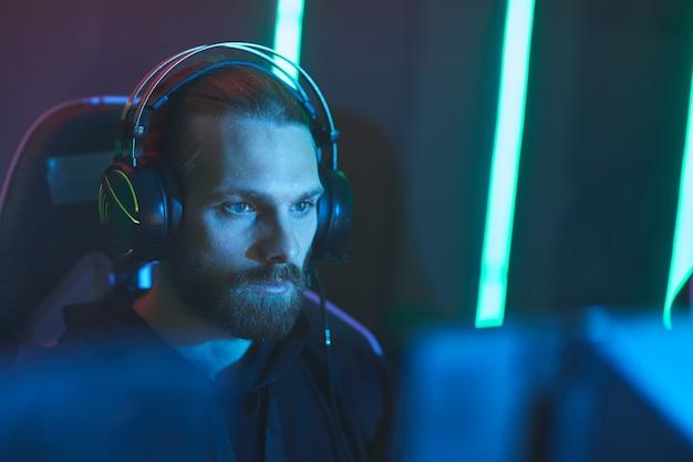 Joueur de zombies dans un club de jeux vidéo