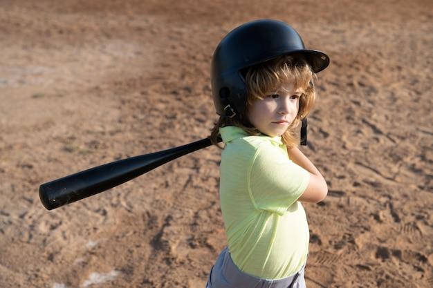 Joueurs de baseball en casque et batte de baseball en action.