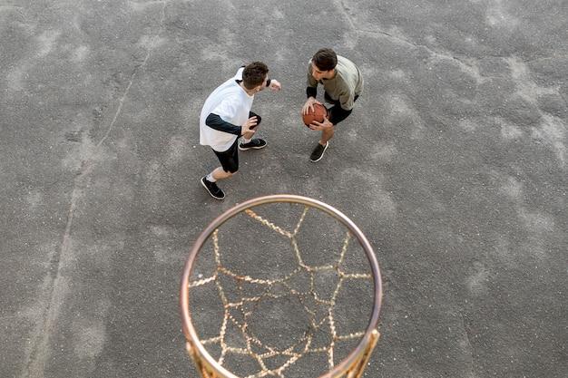 Joueurs de basket-ball urbains de haute vue
