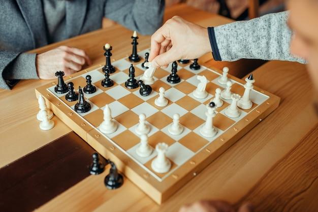Joueurs d'échecs masculins, chevalier blanc prend un pion