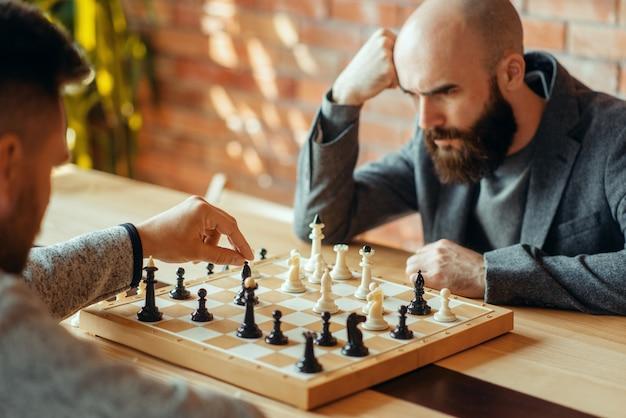 Joueurs d'échecs masculins, déplacez l'éléphant noir