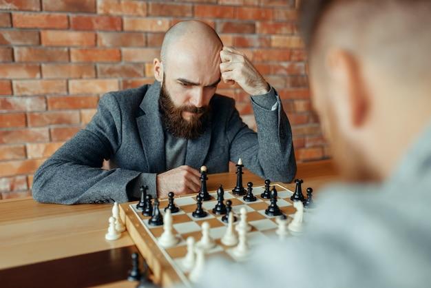 Joueurs d'échecs masculins jouant, processus de réflexion.