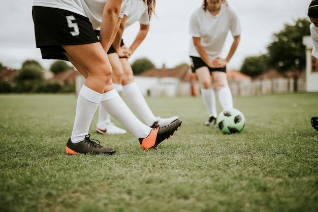Joueurs de l'équipe féminine de football s'étirant avant le match