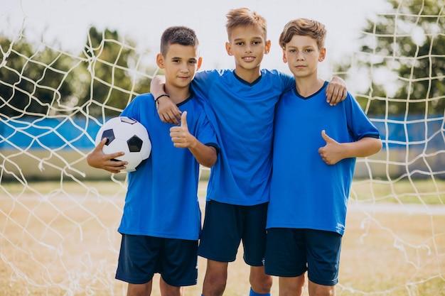 Joueurs de l'équipe de football sur le terrain