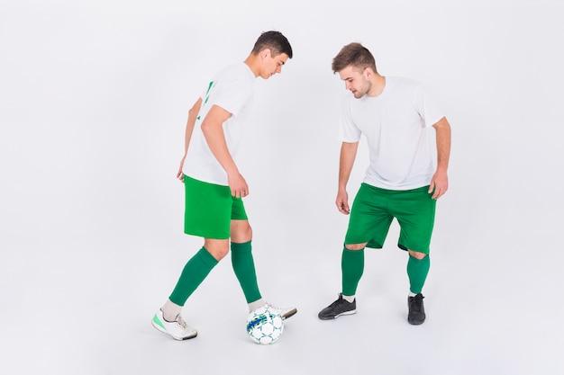 Joueurs de football en duel
