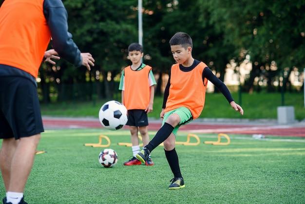 Joueurs de football exerçant sur la bonne voie
