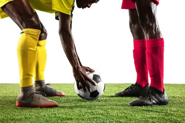 Joueurs de football ou de football africains professionnels isolés sur fond blanc