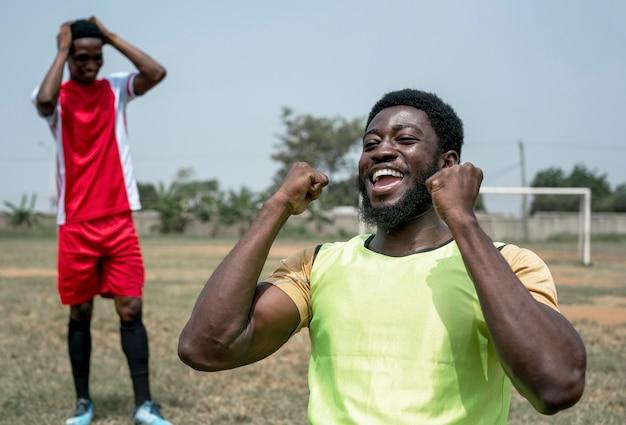 Joueurs de football heureux