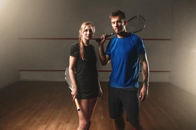 Joueurs de jeu de squash masculins et féminins avec des raquettes