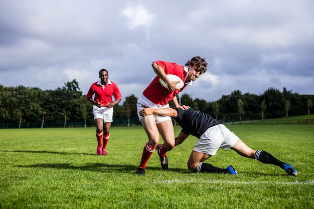 Joueurs de rugby s'attaquant pendant le jeu