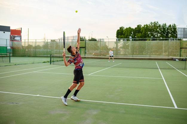 Joueurs de tennis masculins avec raquettes, entraînement sur terrain extérieur. mode de vie sain et actif, les gens jouent au sport, entraînement de remise en forme avec des raquettes