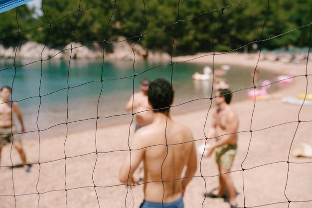 Joueurs de volley-ball à la plage