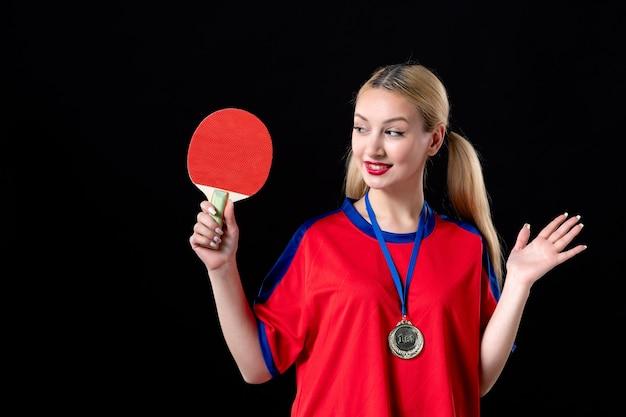 Joueuse avec raquette et médaille d'or sur fond noir vainqueur du trophée de l'athlète