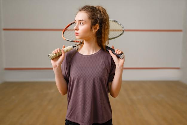 Joueuse avec raquette de squash en action