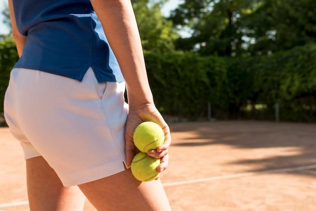 Joueuse de tennis avec des balles de tennis