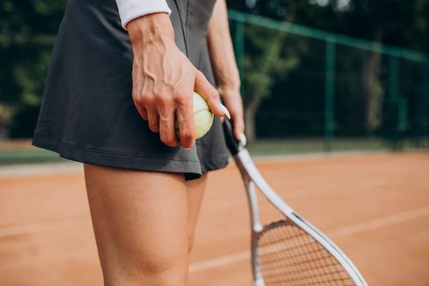 Joueuse de tennis sur le court de tennis