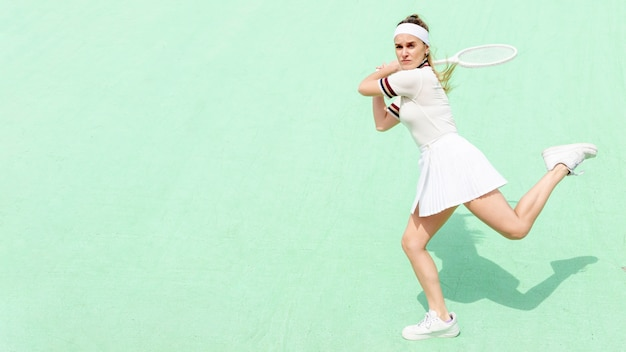 Une joueuse de tennis frappe avec confiance