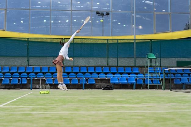 Joueuse de tennis sur l'herbe de la cour verte