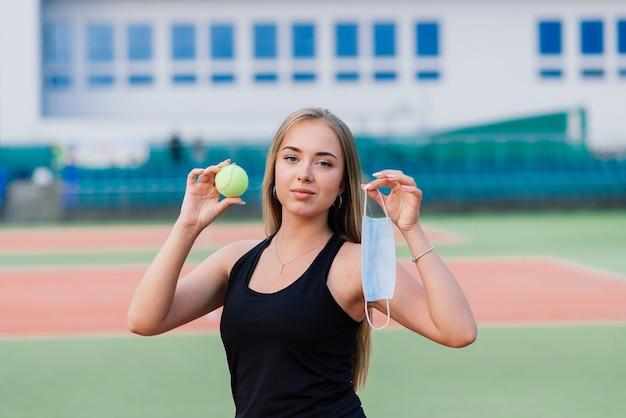 Joueuse de tennis jouant avec un masque de protection sur la cour