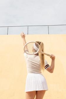 Joueuse de tennis à la recherche de balle sur le terrain