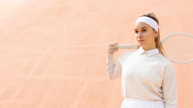 Joueuse de tennis à la recherche de suite