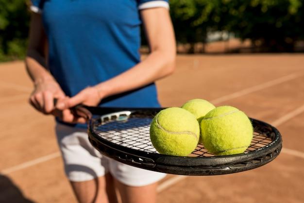 Joueuse de tennis avec sa raquette