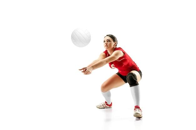 Joueuse de volley-ball professionnelle isolée sur blanc avec ballon. l'athlète, exercice, action, sport, mode de vie sain, entraînement, concept de remise en forme