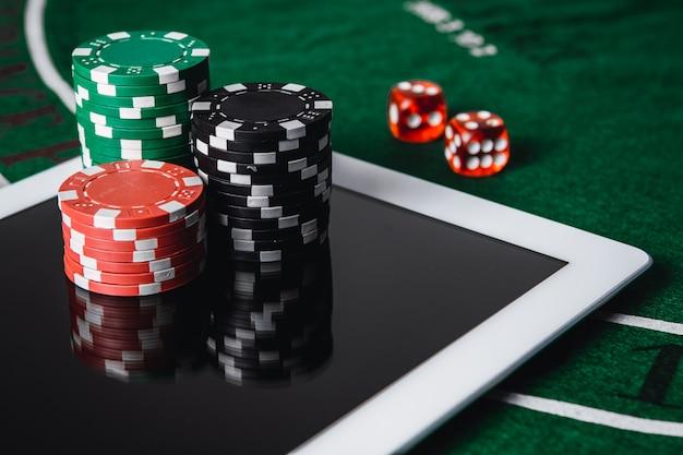 Jouez au poker en ligne. casino en ligne - concept de jeu en ligne